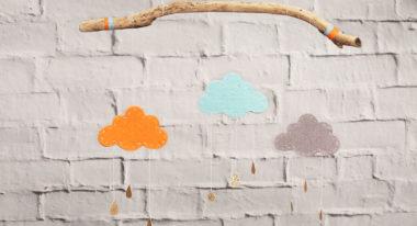 Ein Wolken Mobile basteln aus Filz und Ast