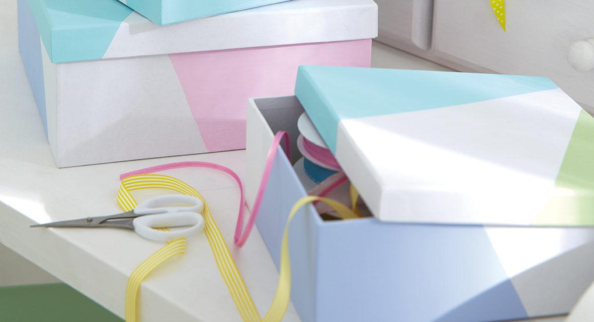 Bunte Kartons und Bänder