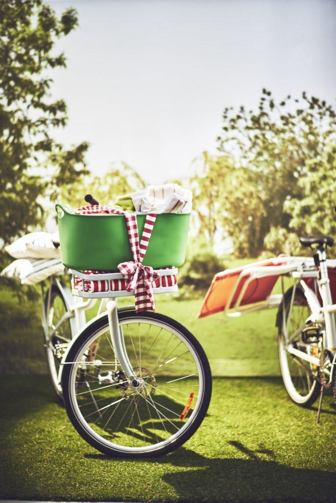 Ikea Fahrrad mit vollem Korb auf einer Wiese