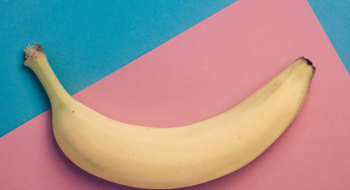 Banane auf bunter Unterlage.