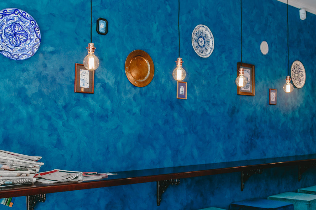 Wand im Marokko Stil: Teller an der Wand und kräftige Farben.