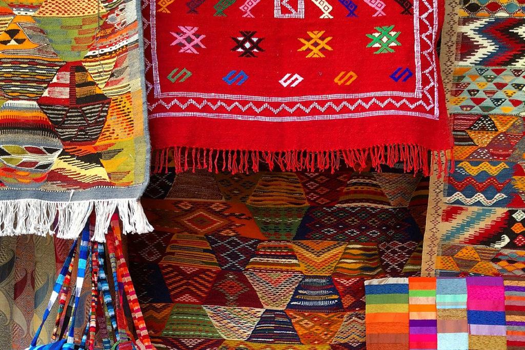 Teppiche hängen von der Wand.