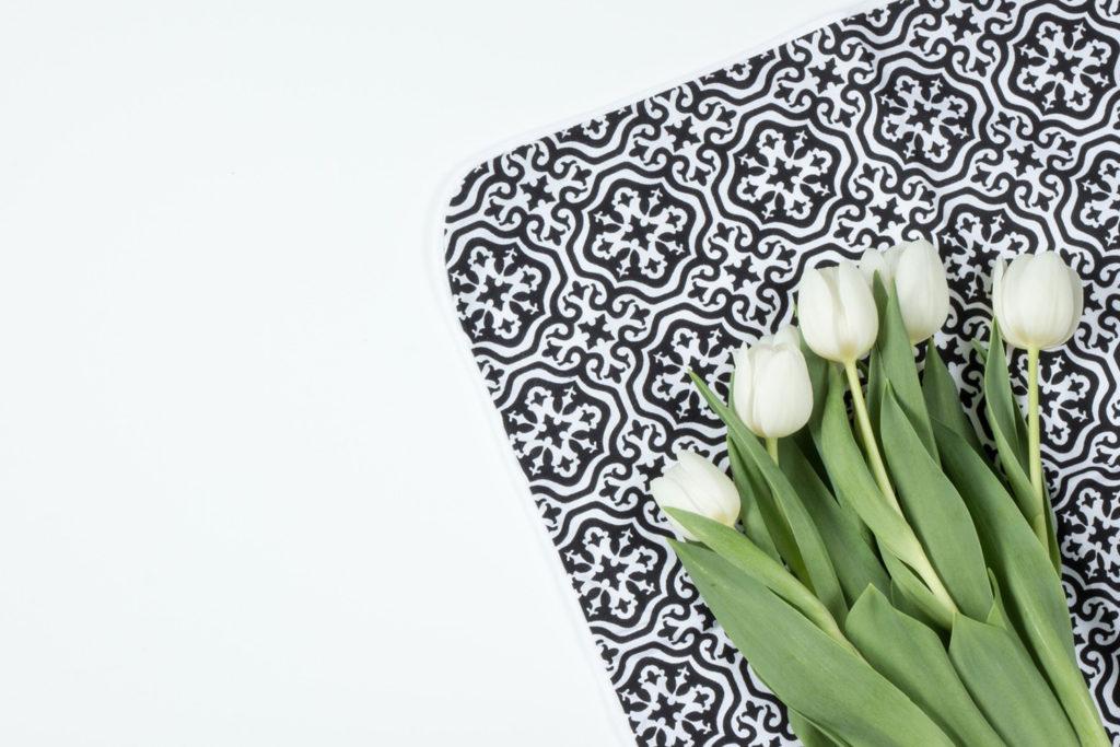 Tulpen auf einem schwarz weißen orientalischen Untersetzer