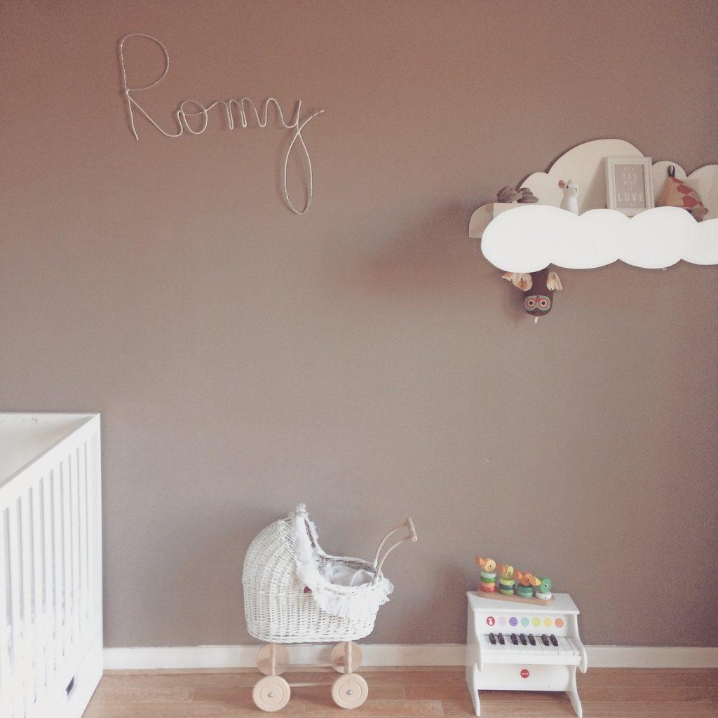 Kinderzimmer in beige mit Deko.