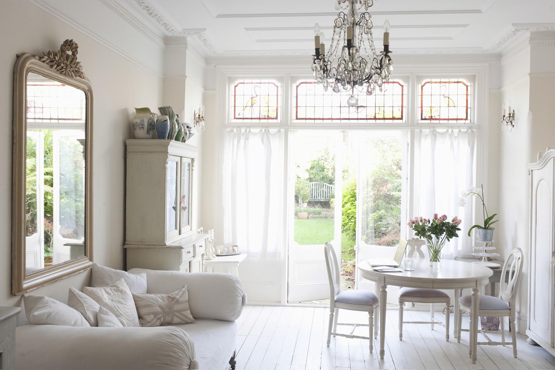 48715661-wohnzimmer-weiß-kronleuchter-spiegel-vintage-schrank ... - Schrank Wohnzimmer Weiß