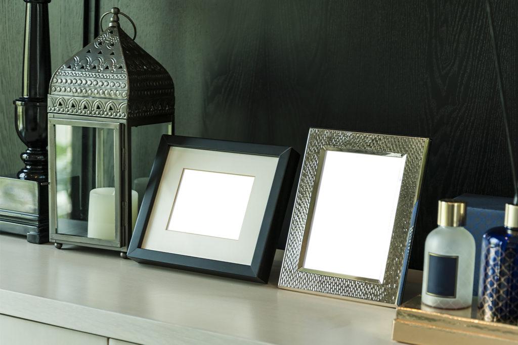 Spiegel und eine Laterne mit Kerze auf einer Ablage.