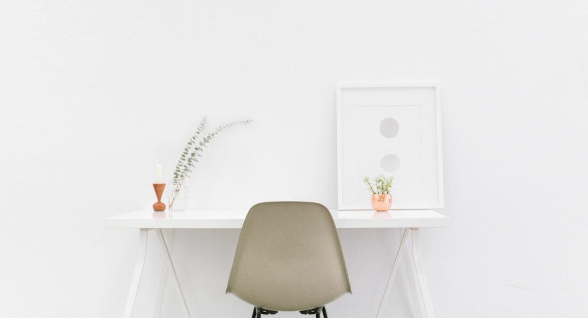 Weißes Arbeitszimmer im skandinavischen Stil.