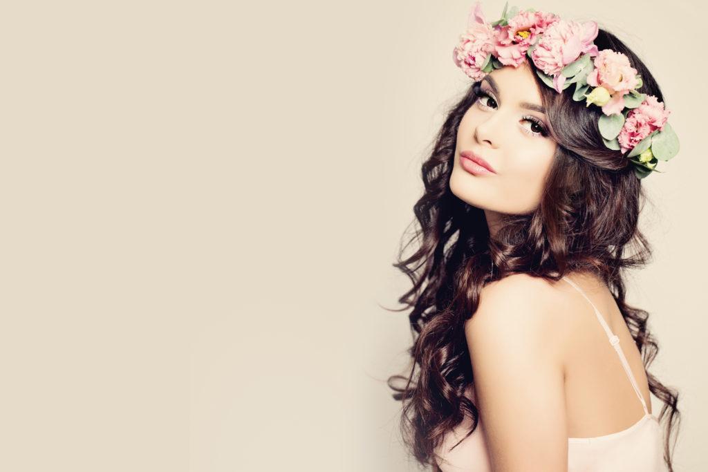 Frauen mit Blumenkranz auf dem Kopf.