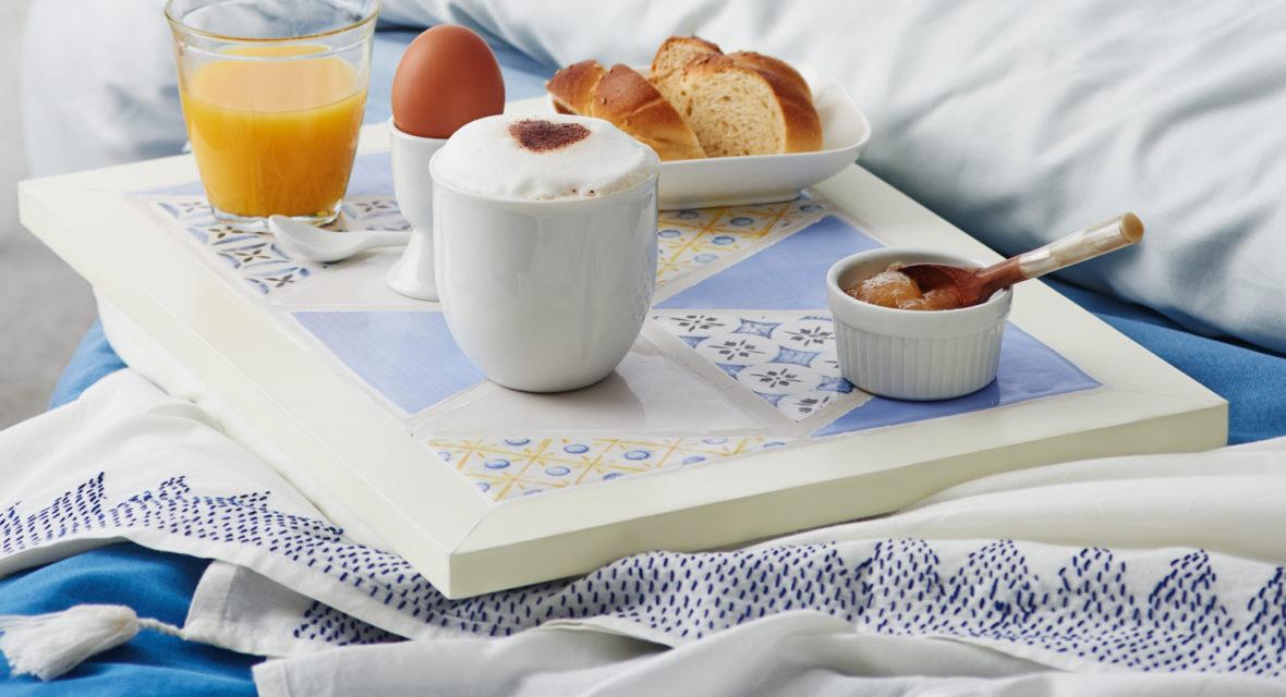Frühstück am Bett auf einem DIY Tablett.