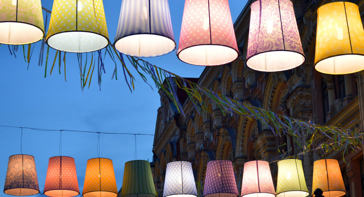 Viele Lampenschirme hängen im Freien.