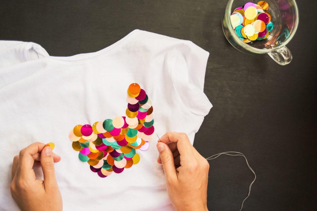 Pailleten aufnähen auf T-Shirt