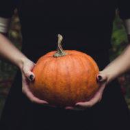 Halloween: Frau hält Kürbis