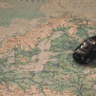 Spielauto auf Landkarte