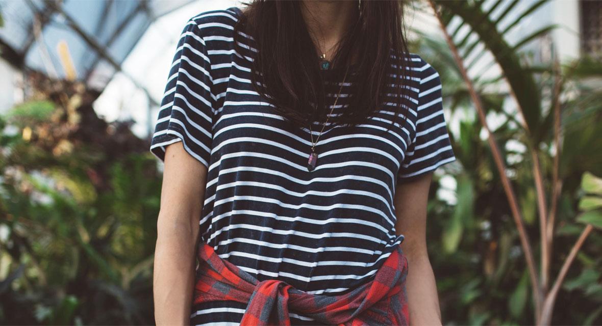 Frau mit T-Shirt vor Pflanzen
