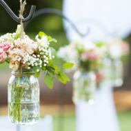 Einmachgläser als hängende Blumenvase