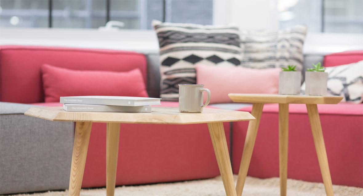 Tisch mit Couch und Kissen
