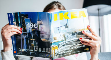 Frau liest den Ikea Katalog