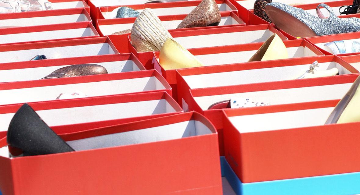 Viele Schuhkartons mit Schuhen