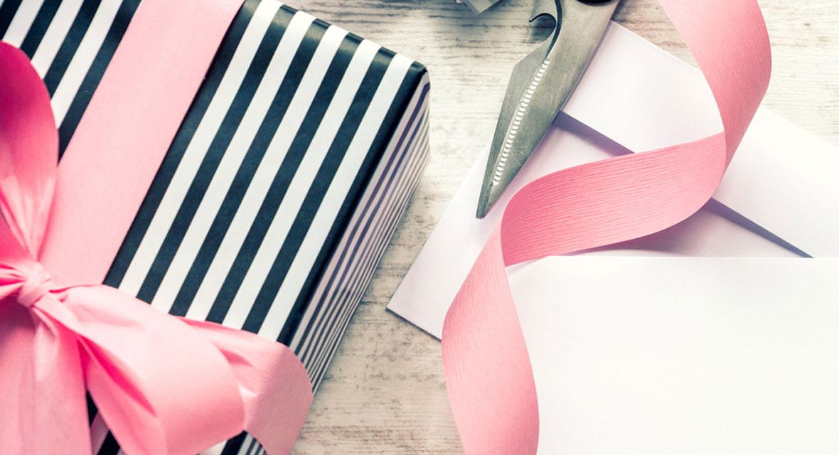 Eingepacktes Geschenk in gestreiftem Geschenkpapier