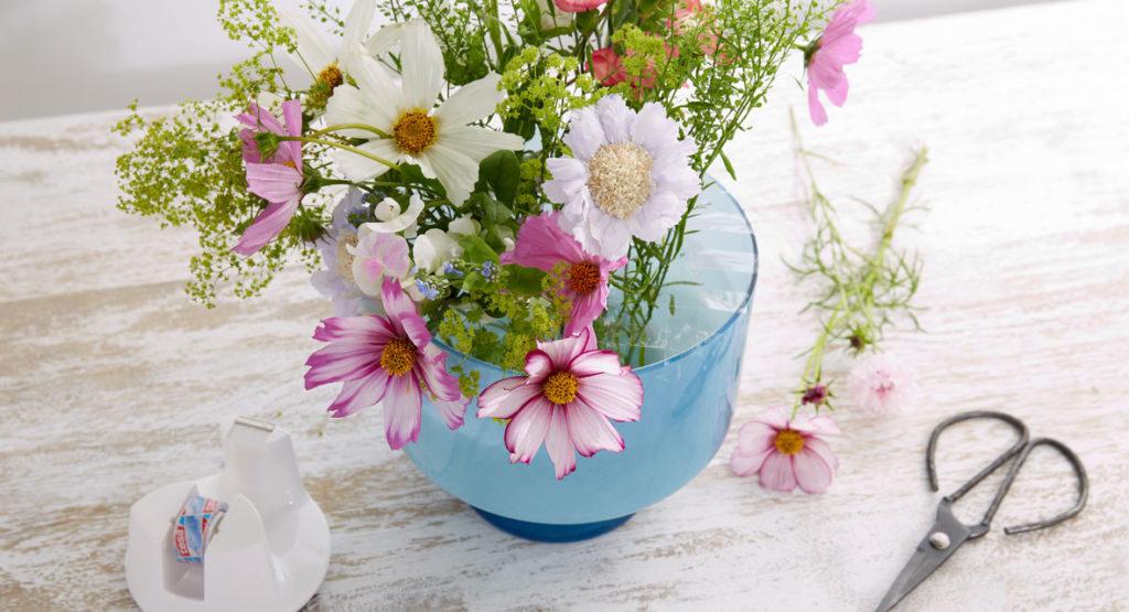 Blumenstrauß arrangieren mit Klebeband Gitter