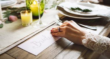 Braut sitzt nach der Trauung am Hochzeitstisch