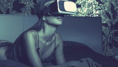Frau schaut Erotikfilme für Frauen
