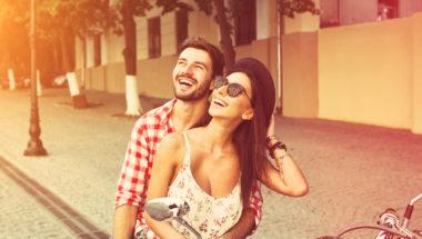 Paar hat viele Date Ideen auf einem Roller