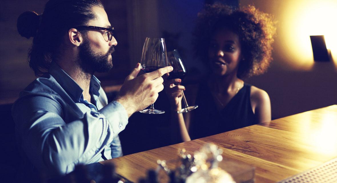 Paar versucht bei Date die Körpersprache Mann zu deuten