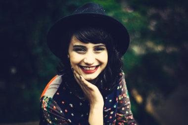 Frau macht Menstruationstasse Erfahrung
