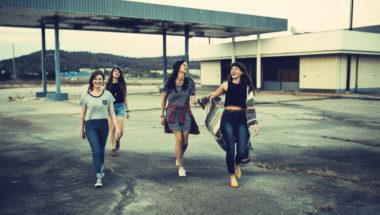 Vier Freundinnen gehen spazieren
