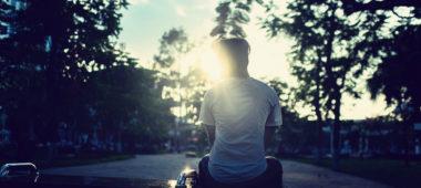 Mann sitzt alleine im Park