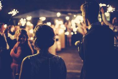 Paar hat romantische Hochzeit
