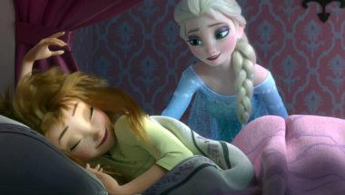 Die Eiskönigin Elsa weckt ihre Schwester Anna auf.