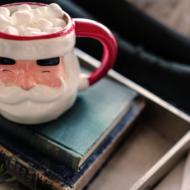 Weihnachtsmann Tasse steht auf einem Bücherstapel