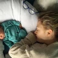 Mutter und Baby schlafen im Bett