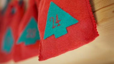 rote Adventskalendertaschen aus Filz