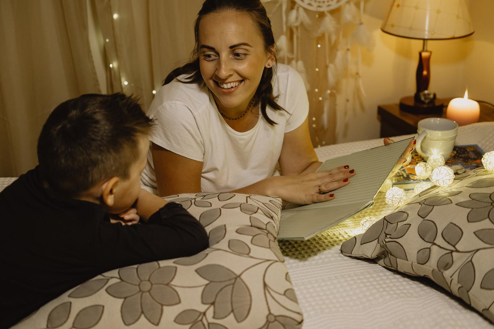 Mutter liest Sohn vor