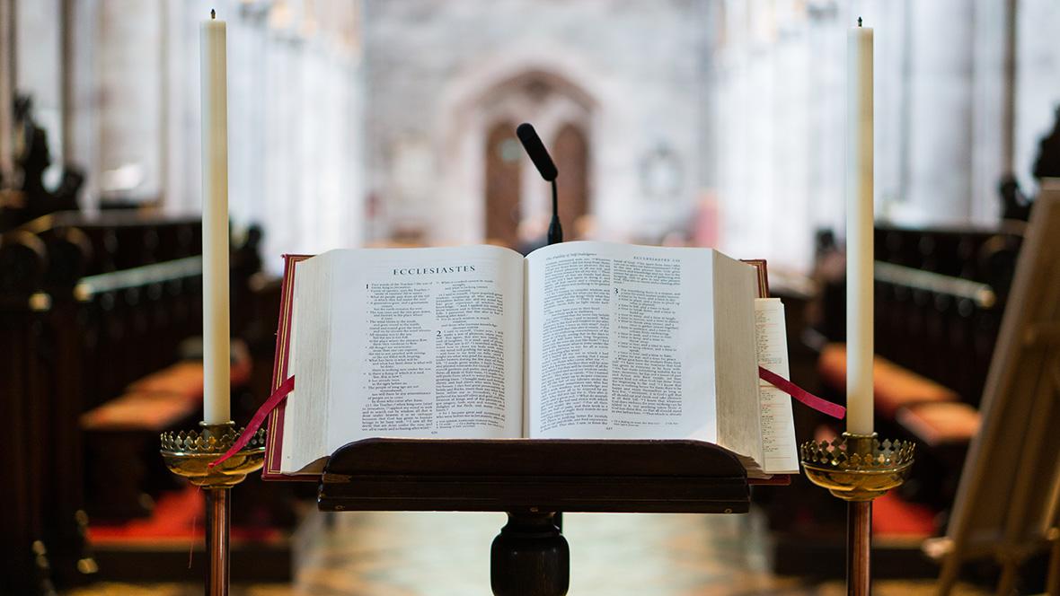 Eine aufgeschlagene Bibel in einer Kirche