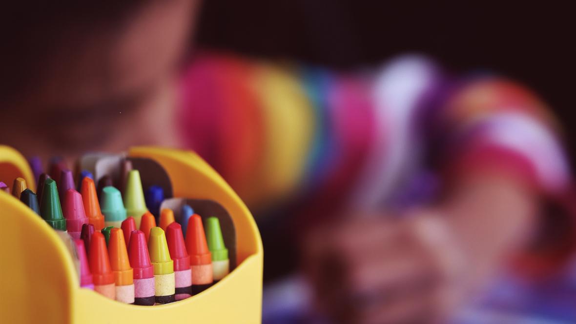 Kind malt mit Buntstiften