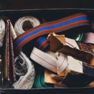 Bastelmaterialien in einem alten Koffer