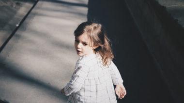 Mädchen schaut sich auf der Straße um