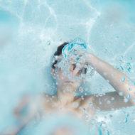 Kind hält unter Wasser die Luft an