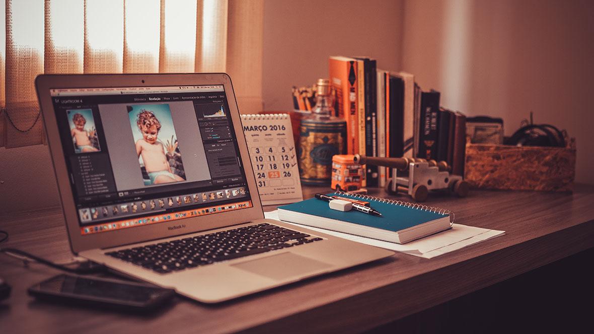 Ein geöffneter Laptop auf einem Schreibtisch