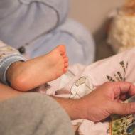 Vater liest seinem Kind eine Gute-Nacht-Geschichte vor