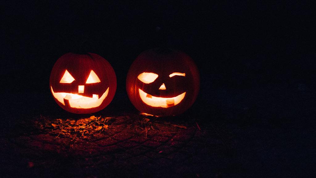 Die Fratzen der Halloween-Kürbisse leuchten effektvoll im Dunkeln.