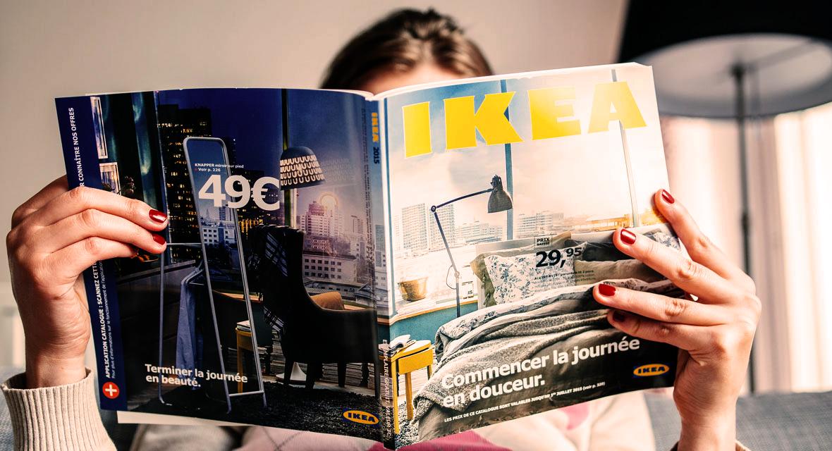 Frau liest einen Ikea Katalog