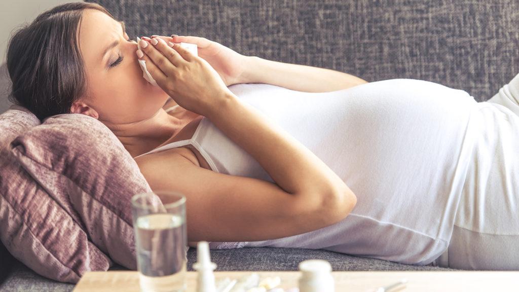 Bei einer Erkältung sollte bei einer Schwangerschaft zunächst auf Hausmittel oder natürliche Heilmittel zurückgegriffen werden.