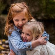 Zwei Geschwister umarmen sich