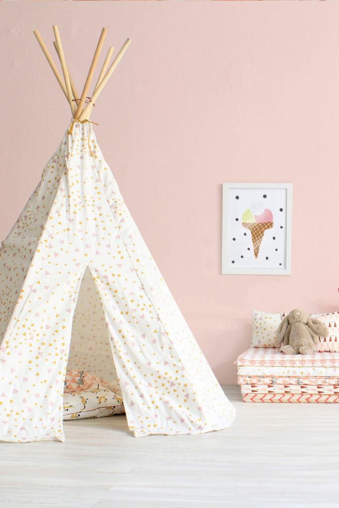 Ein Tipi im Kinderzimmer vor einer rosa Wand