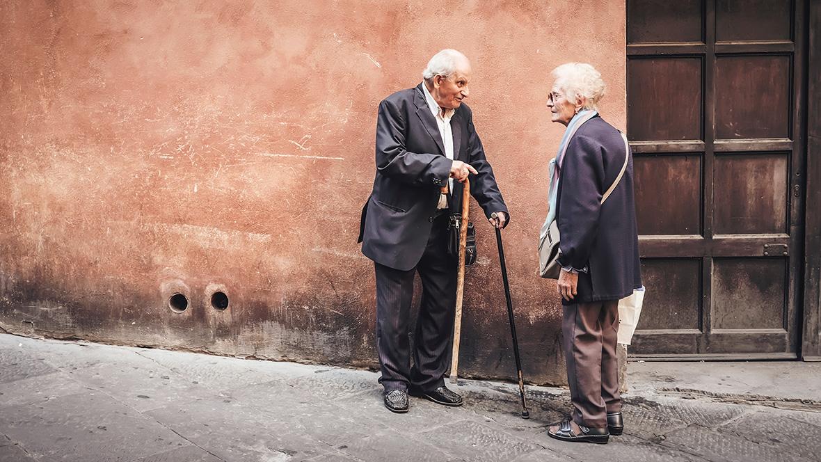 Ein älteres Ehepaar geht gemeinsam spazieren